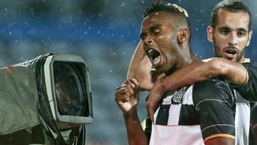 Футболист греческого «Ксанти» схлопотал «горчичник» за то, что вытер бутсу о рефери
