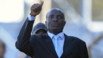 Наставник сборной Замбии упал, чеканя мяч (видео)