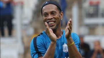 37-летний Роналдиньо забил потрясающий гол с центра поля (видео)
