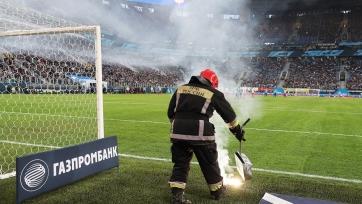 Фанат, который метнул файер на поле в матче между «Зенитом» и «Амкаром», понёс наказание