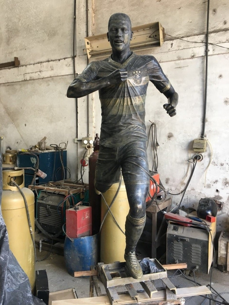 Отец Педро Роши заказал бронзовую скульптуру сына (фото)