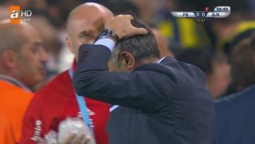Стамбульское дерби прервано после того, как тренеру «Бешикташа» в голову бросили предмет