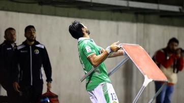 Себастьян Абреу бросил стол в фанатов своего клуба