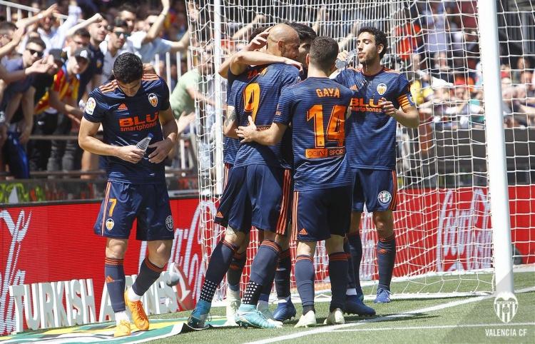Валенсия завершила сезон победой над Депортиво