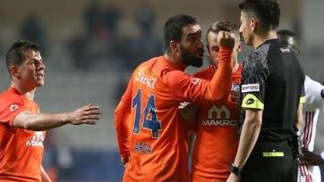 Арда Туран напал на судей и дисквалифицирован на 16 матчей (видео)