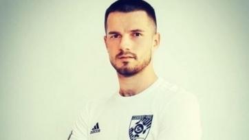 После гола, украинский футболист что-то закопал на поле соперника