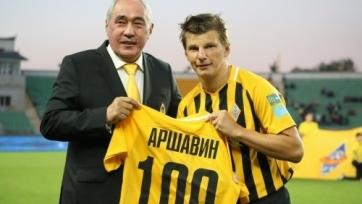 Аршавина наградили юбилейной футболкой «Кайрата»