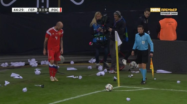 Болельщики сборной Германии закидали Рауша бумагой. Фото