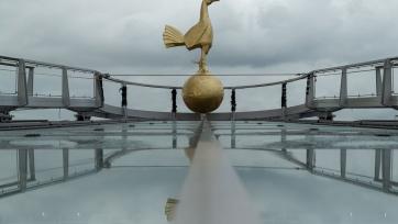 На крыше строящегося стадиона «Тоттенхэма» установили статую петуха. Фото