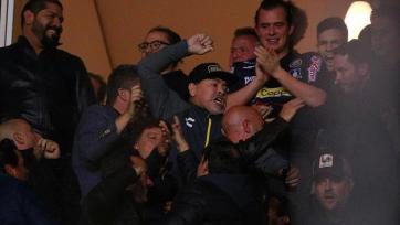 Марадона подрался с болельщиками. Видео