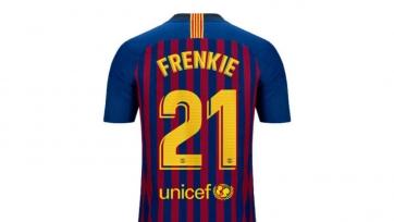 Технический спонсор «Барселоны» хочет, чтобы на футболке де Йонга не было его фамилии