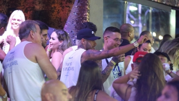 Травмированный Неймар посетил карнавал в Бразилии. Видео