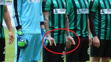 В чемпионате Турции игрок на поле лезвием порезал соперников. Видео + фото