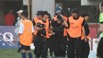 Матч Кубка Аргентины был остановлен из-за беспорядков на трибунах. Видео