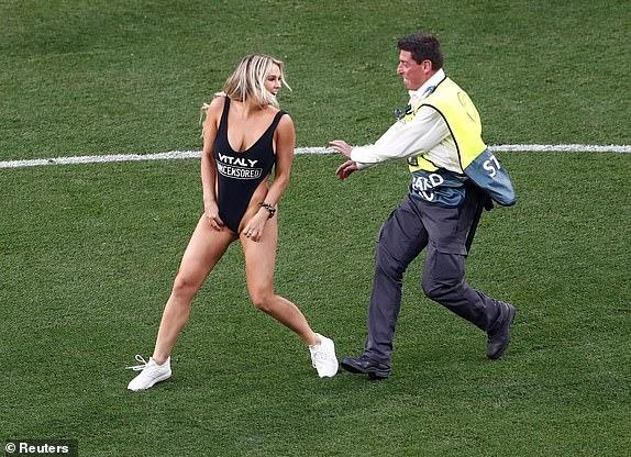 Девушка в купальнике прервала финал Лиги чемпионов