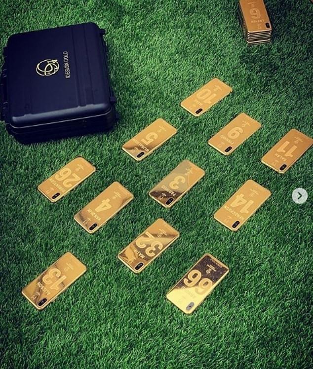 Игроки «Ливерпуля» получили именные золотые айфоны за победу в Лиге чемпионов. Фото