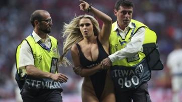Мужик спародировал девушку, выбежавшую на поле во время финала Лиги чемпионов. Видео
