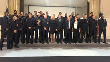 Игроки и тренеры сборной Франции награждены орденами Почетного легиона. Фото