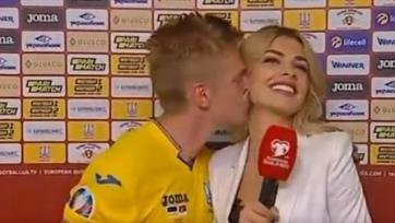 Зинченко поцеловал журналистку после победы над Сербией. Видео