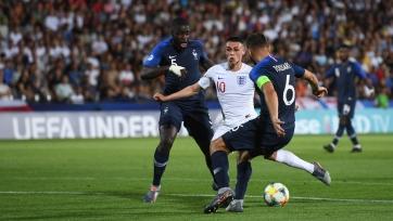 Англия вдесятером проиграла Франции на молодежном Евро. Решающим стал автогол Ван-Биссаки