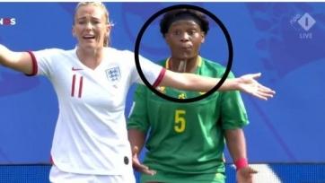 Скандал в женском футболе. Футболистка сборной Камеруна плюнула в соперницу на чемпионате мира. Видео