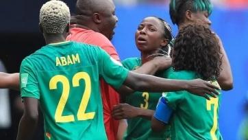 Жестокий женский футбол. Футболистка сборной Камеруна толкнула в спину арбитра. Видео