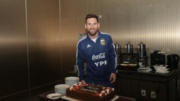 Месси получил в подарок от сборной Аргентины торт. Фото