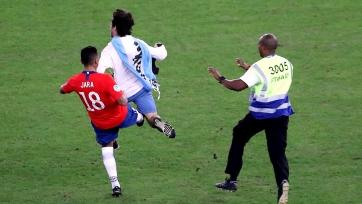 Игрок сборной Чили ногой ударил выбежавшего на поле фаната. Видео