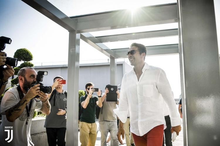 Буффон прибыл на медосмотр в «Ювентус». Фото и Видео