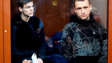 «Российская тюремная лига». Лысые Кокорин и Мамаев играют в футбол в колонии. Видео