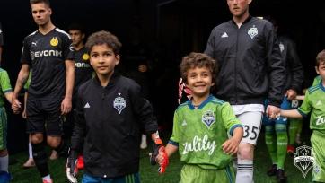 Больной раком мальчик начал матч с «Боруссией» в воротах «Сиэтла» и отбил мяч. Видео