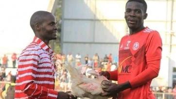 Невероятная награда в номинации игрок матча. Футболист получил живую курицу. Фото