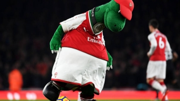 Талисман «Арсенала» получил мячом по голове от юного фаната. Видео