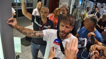 Еще один горячий фанатский прием. Теперь в Генуе экс-игроку «Аякса». Видео