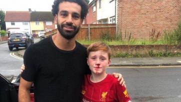 Салах сфотографировался с мальчиком, который врезался из-за него в столб