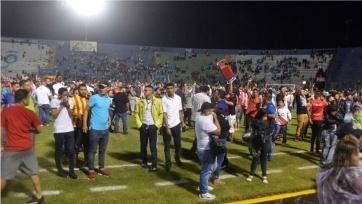 В Гондурасе после битвы между фанатами погибло трое, а 12 ранены, включая футболистов
