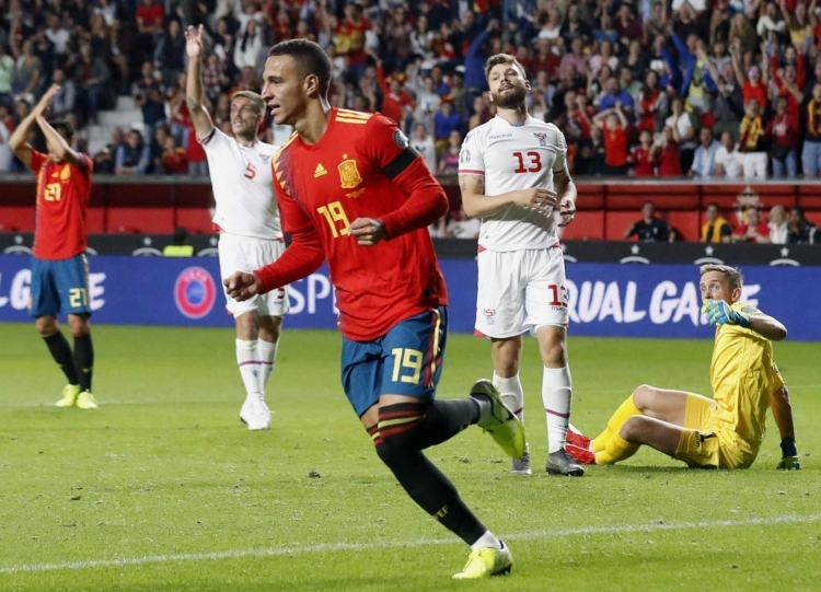 Испания разгромила Фареры, Швеция и Норвегия поделили очки