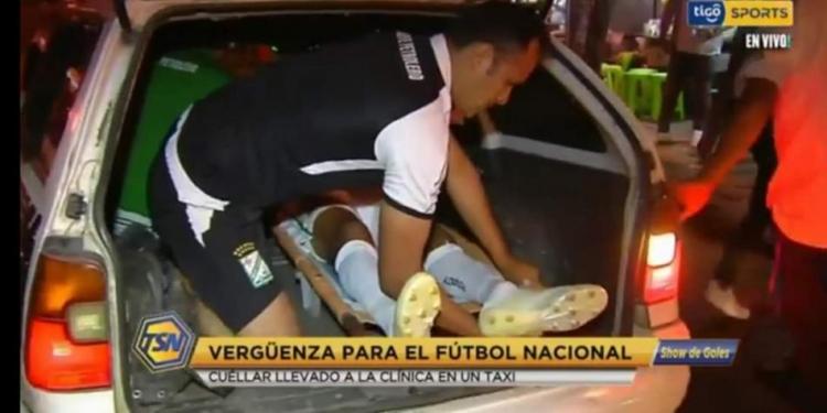 В Боливии получившего травму футболиста доставили в больницу в багажнике такси. Фото