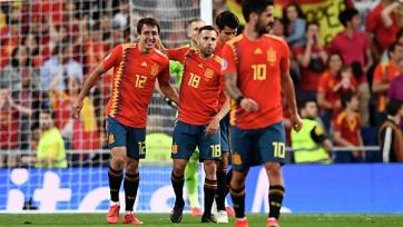 Игроки сборной Испании показывают свои футбольные навыки на тренировке. Видео