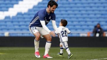 Иско показывает сыну прелести футбольного мира. Видео