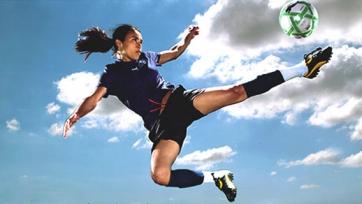 Нокаутирующая голкипер в женском футболе. Видео