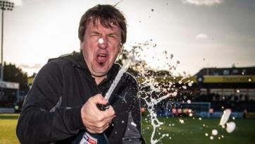 Тренер английского клуба после увольнения пил текилу с фанами. Видео
