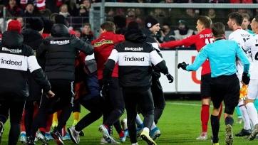 Игрок «Айнтрахта» специально сбил тренера соперника. Футболисты устроили потасовку. Видео