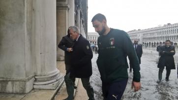 Фото дня. Доннарумма в сапогах бродит по затопленной Венеции