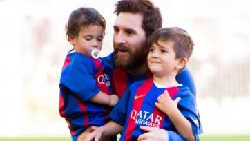 Месси учит своего сына качать пресс. Видео