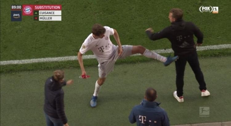 Мюллер пнул Флика после замены в матче с «Унионом». Фото