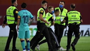 Ла Лига будет судиться с фанатом, выбежавшим на поле в матче «Мальорка» - «Барселона»