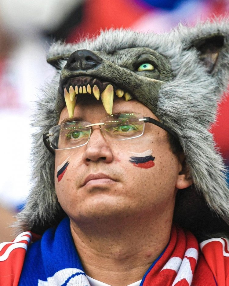 Фанаты сборной России облачились в угрожающие наряды на матч с Финляндией. Фото