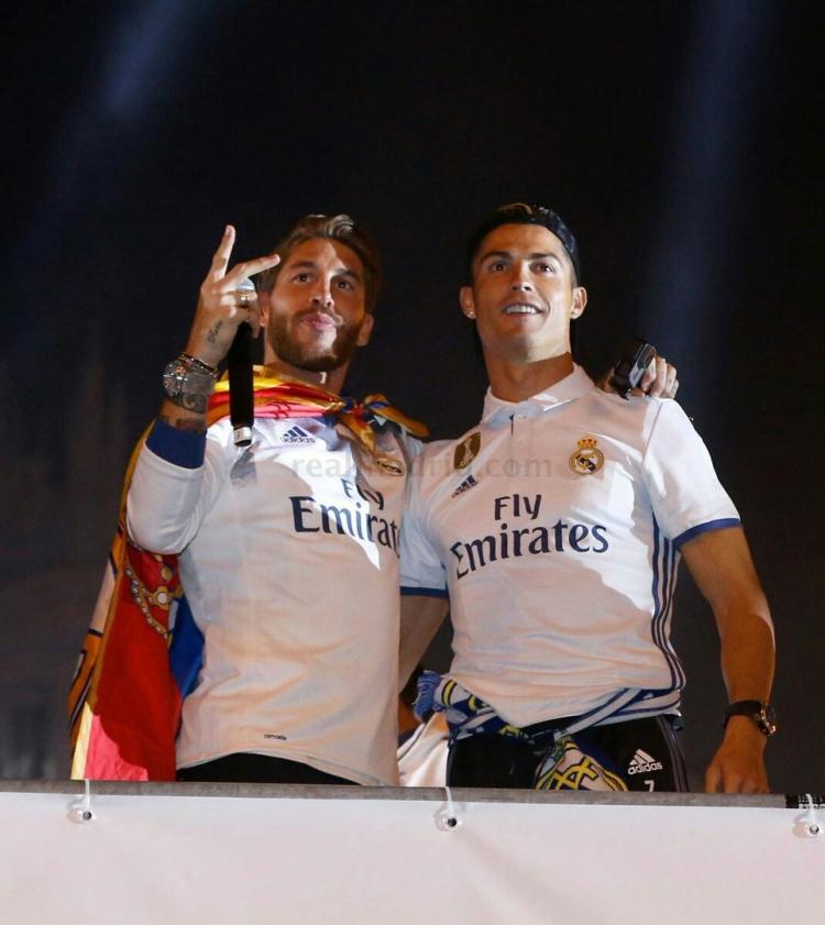 Болельщики и игроки «Реала» оторвались на площади Сибелес (фото)